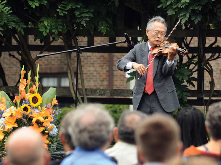 A distinguished concert violinist, Sohn often performed on campus for an appreciative Sarah Lawrence community, as he did at an opening convocation outside Westlands in 2014.
