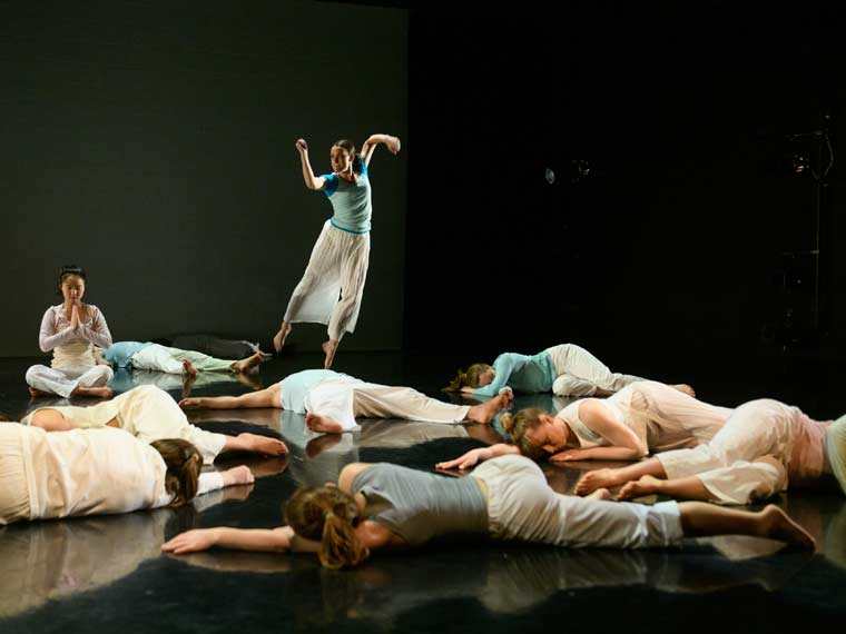 Caroline Burkhart '19 takes flight in Sara Rudner's Dancing-on-View